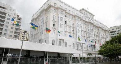 Belmond Copacabana Palace homenageia os brasileiros ao hastear as bandeiras dos 26 estados e Distrito Federal em sua fachada